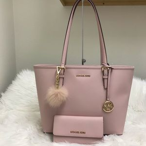 Michael Kors  Carry all MD tote wallet charm